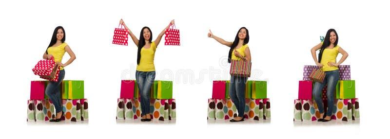 A mulher com os sacos de compras isolados no branco imagem de stock
