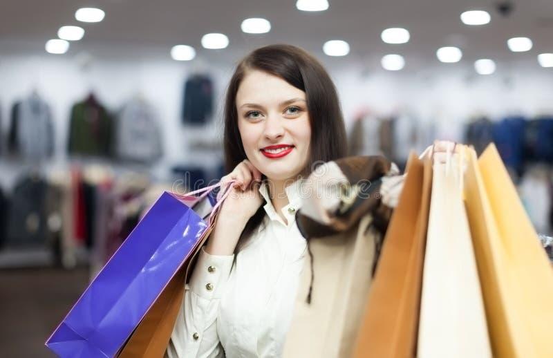 Mulher com os sacos de compras no boutique fotos de stock royalty free