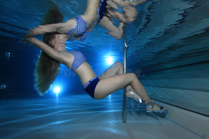 Download Mulher subaquática foto de stock. Imagem de beleza, sonho - 29833518