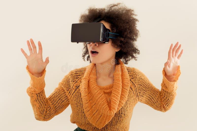 Mulher com os vidros da realidade virtual que jogam o jogo imagem de stock royalty free