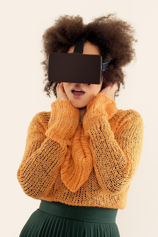Mulher com os vidros da realidade virtual que jogam o jogo fotografia de stock royalty free