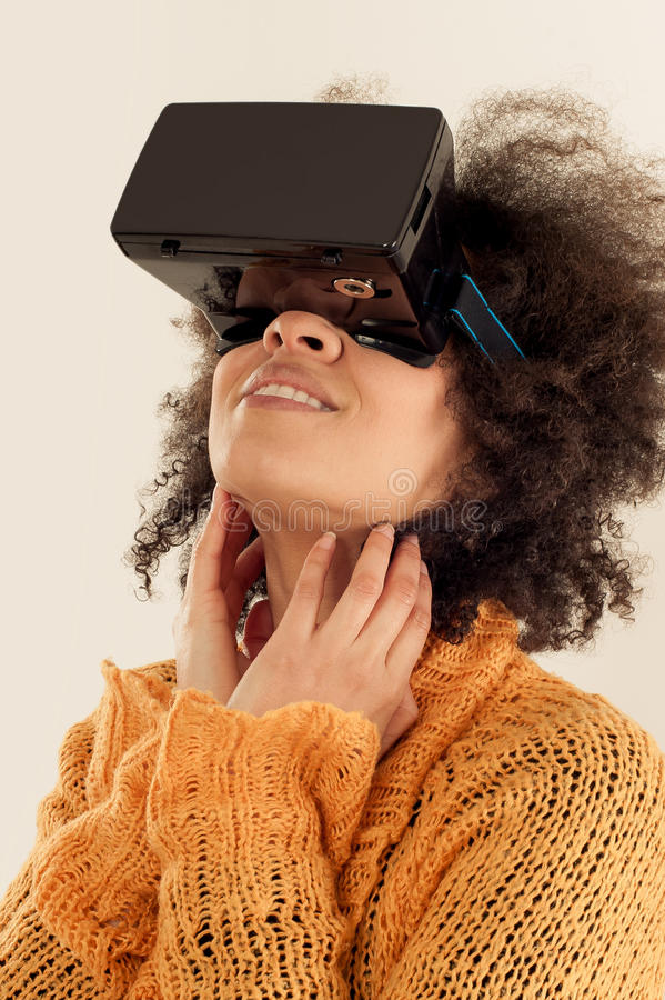 Mulher com os vidros da realidade virtual que jogam o jogo foto de stock