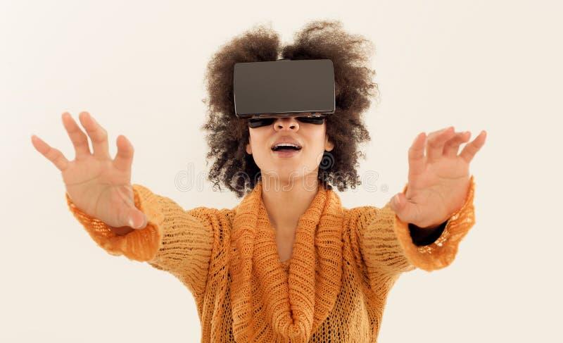 Mulher com os vidros da realidade virtual que jogam o jogo fotos de stock