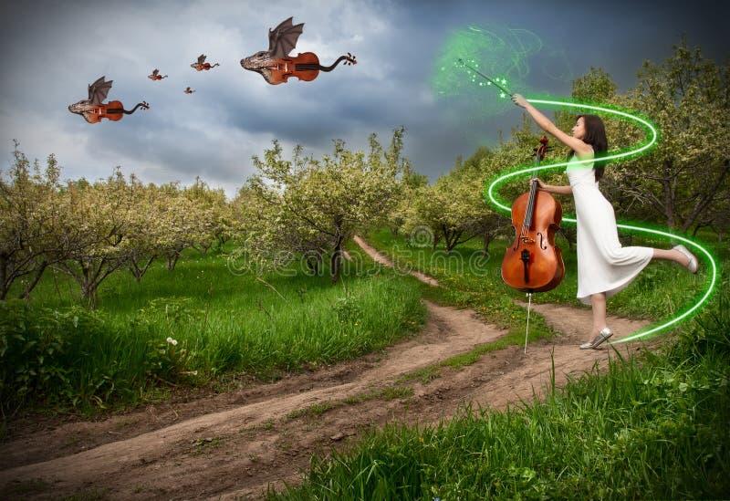 Mulher com os violinos do violoncelo e do dragão fotografia de stock royalty free