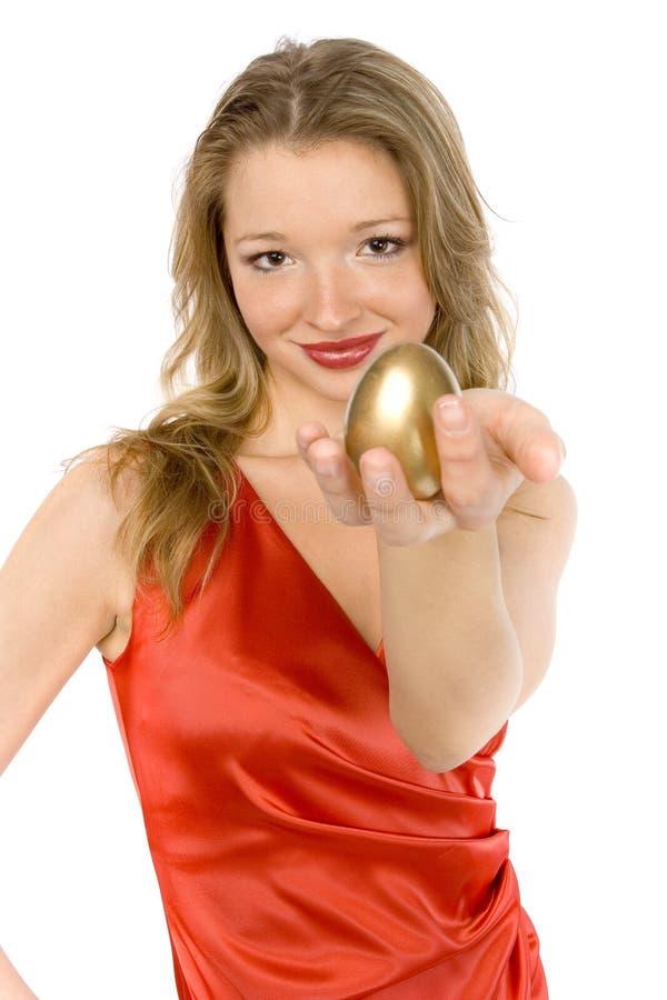 Mulher com ovo dourado. foto de stock royalty free