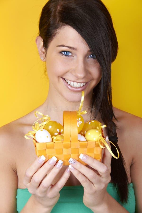 Mulher com ovos de Easter fotografia de stock