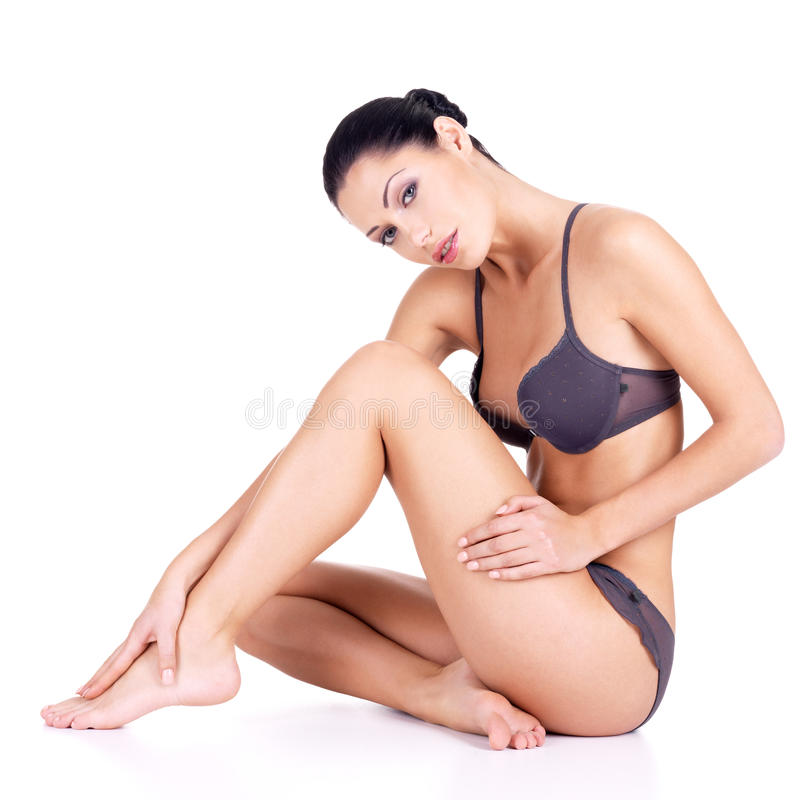 Mulher com pés bonitos no biquini imagens de stock royalty free