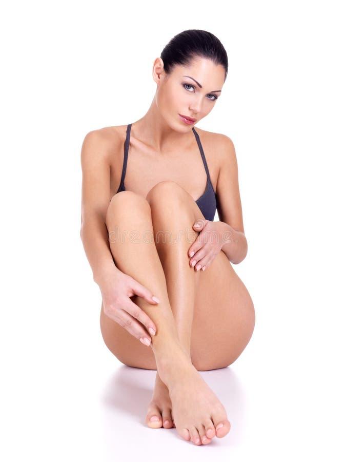 Mulher com pés bonitos no biquini fotografia de stock