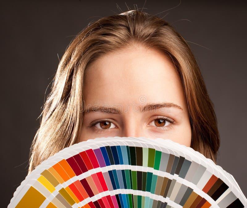 Mulher com pantone fotografia de stock