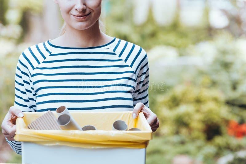 Mulher com papel no escaninho foto de stock royalty free