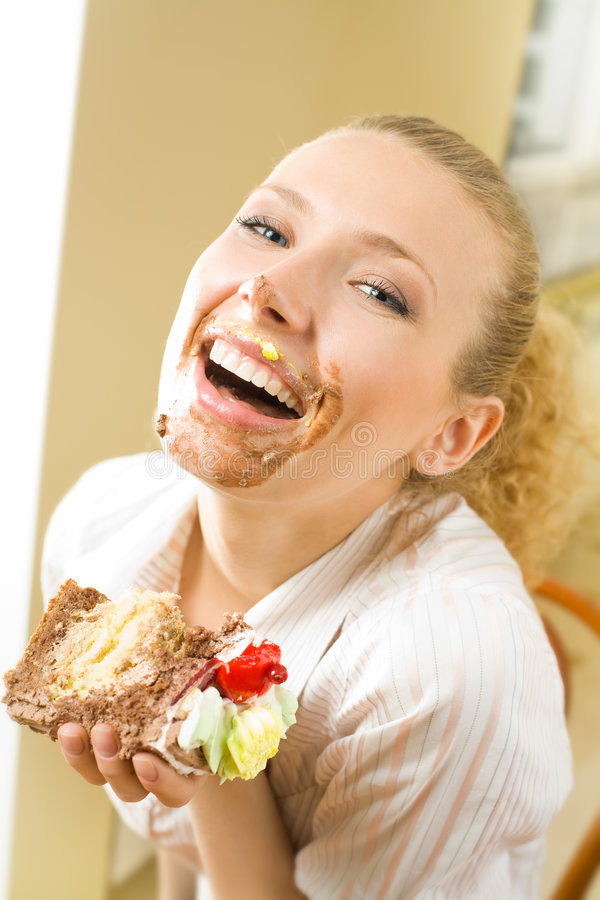 Mulher com parte de torta doce foto de stock royalty free