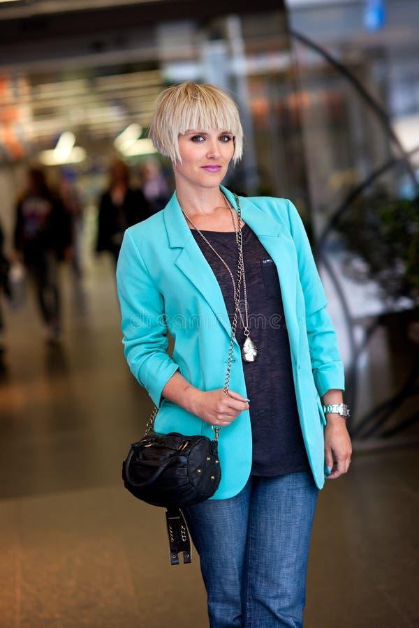 Mulher com passeio da bolsa foto de stock royalty free