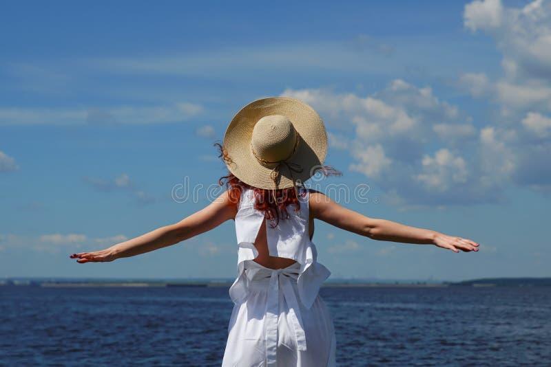 Mulher com pele bronzeada no vestido branco, vista traseira fotos de stock