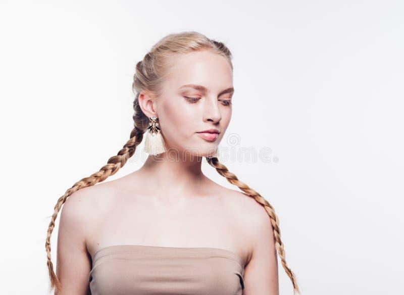 Mulher com a pele saudável da beleza das tranças isolada no louro branco foto de stock royalty free