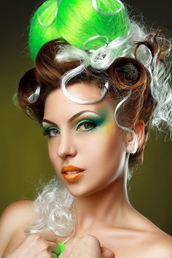 Mulher com penteado criativo da fantasia foto de stock