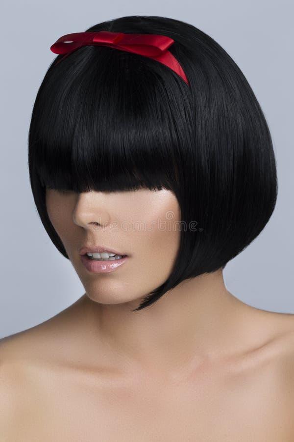 Mulher com penteado curto do prumo imagens de stock royalty free