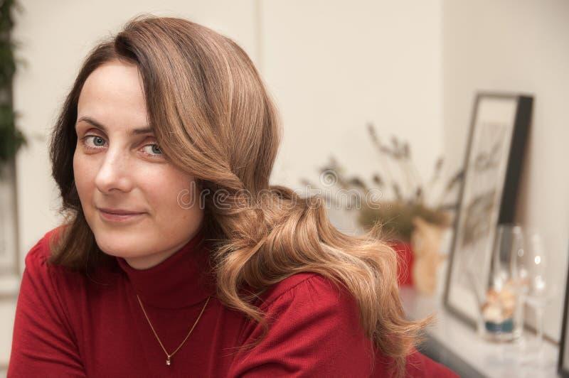 Mulher com penteado da onda no salão de beleza fotos de stock