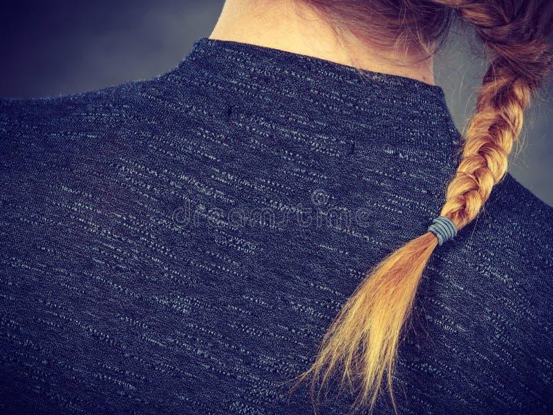 Mulher com penteado do cabelo louro e da trança imagem de stock