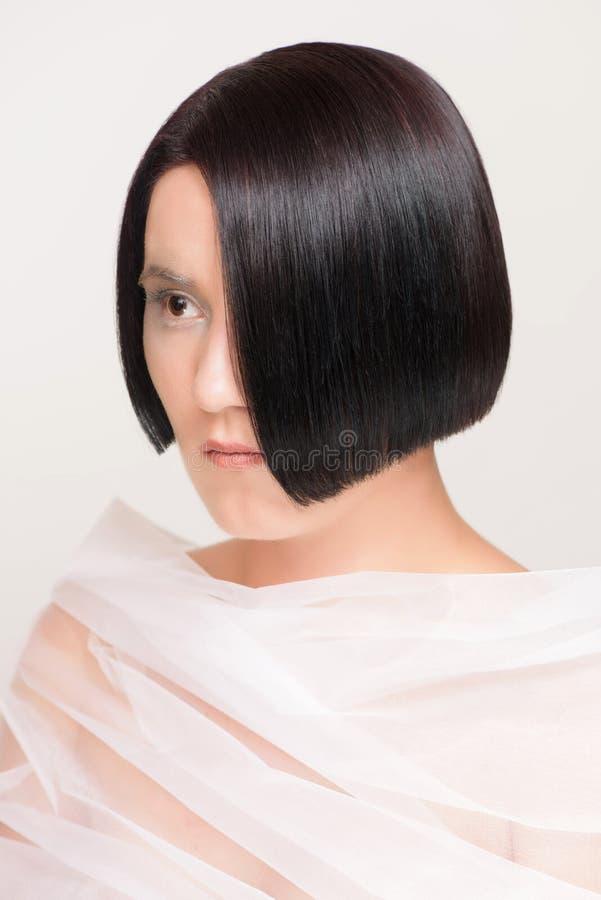 Mulher com penteado do tiro imagens de stock