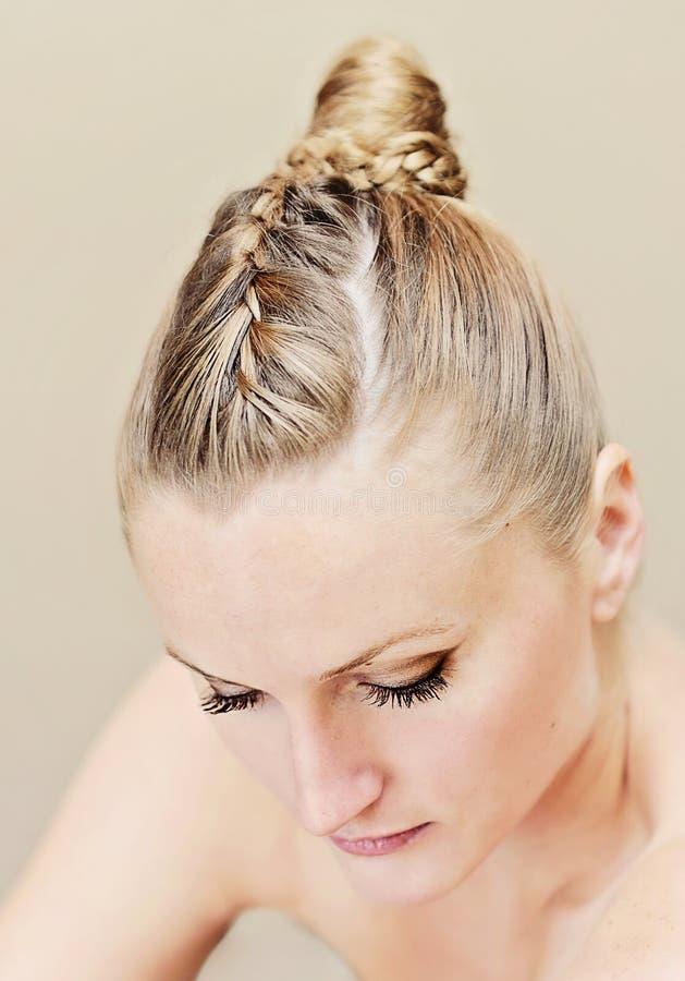 Mulher com penteado do updo fotos de stock