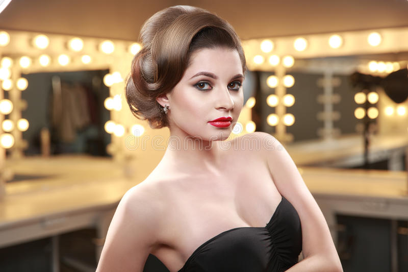 Mulher com penteado elegante no vestido de noite Composição da beleza Luzes da sala de exposições e do estúdio Vista dianteira, l foto de stock royalty free