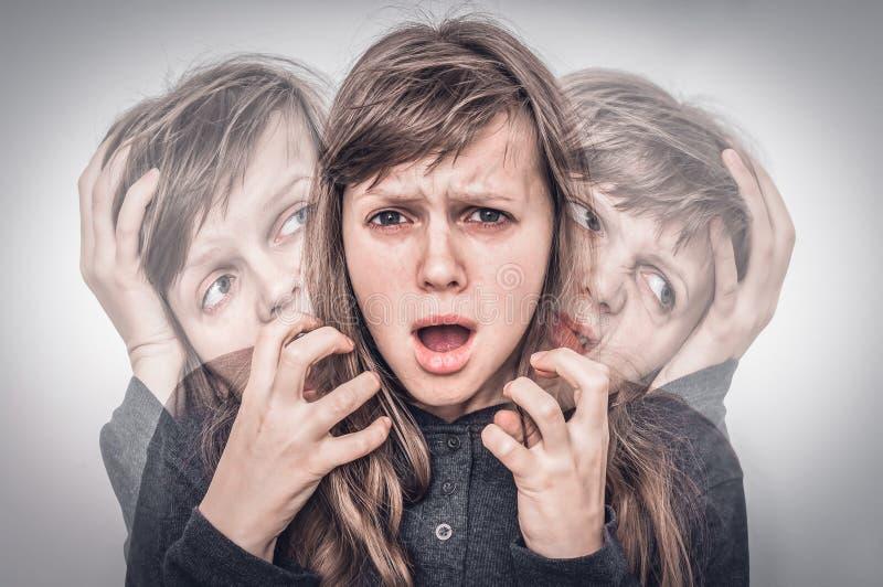 A mulher com personalidade rachada sofre da esquizofrenia foto de stock