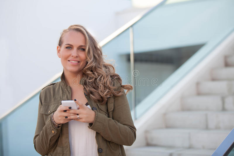Mulher com pilha ou telefone celular imagem de stock royalty free