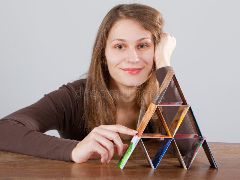 Mulher com a pirâmide do cartão de crédito imagens de stock