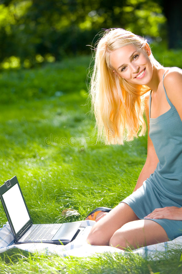 Mulher com portátil, ao ar livre imagens de stock royalty free