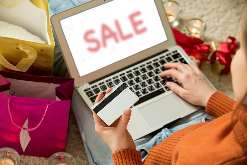 Mulher com portátil e cartão de crédito imagem de stock