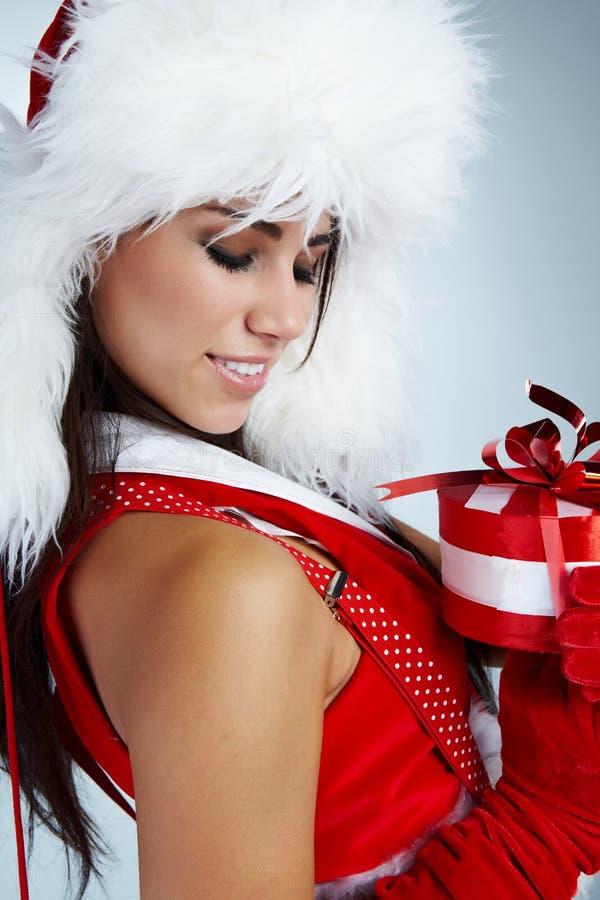 Mulher com presente do Natal imagens de stock