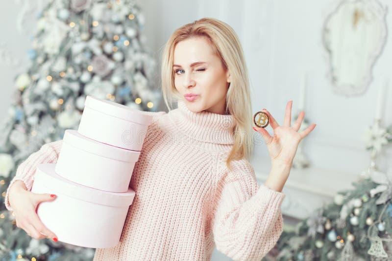 Mulher com presentes e bitcoin em suas mãos foto de stock royalty free