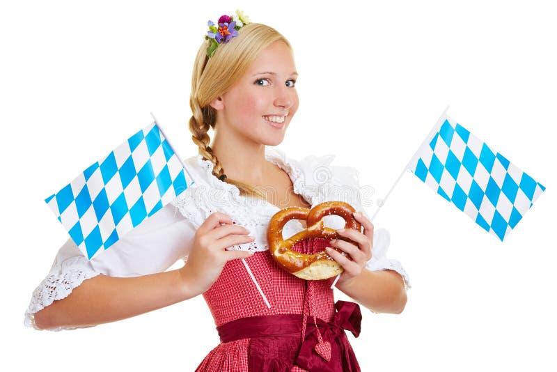 Mulher com pretzel e a bandeira bávara fotos de stock royalty free