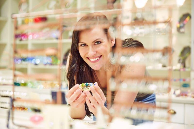Mulher com a pulseira na ourivesaria fotografia de stock