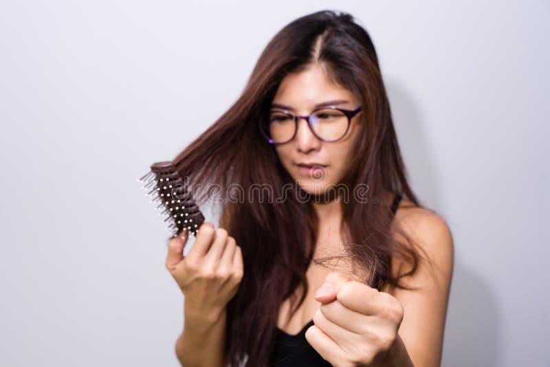 Mulher com a queda de cabelo que guarda o pente Problema perdedor do cabelo da mo?a, cabelo de queda no conceito saud?vel do trat fotografia de stock