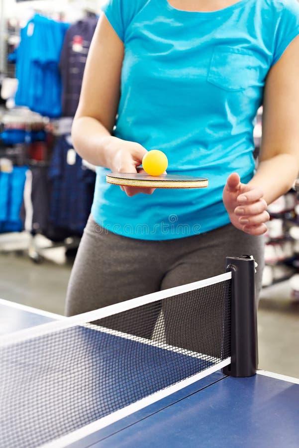 Mulher com raquete de tênis de mesa imagem de stock royalty free