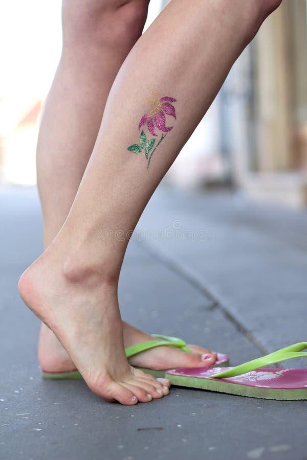 A mulher com resplandecer-tattoo 04 imagem de stock royalty free