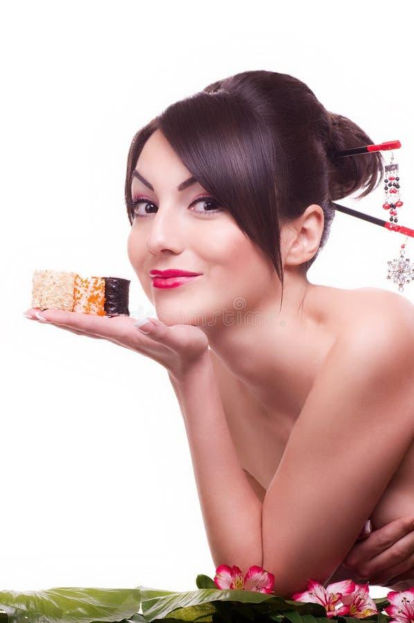 Mulher com rolo de sushi japonês foto de stock royalty free