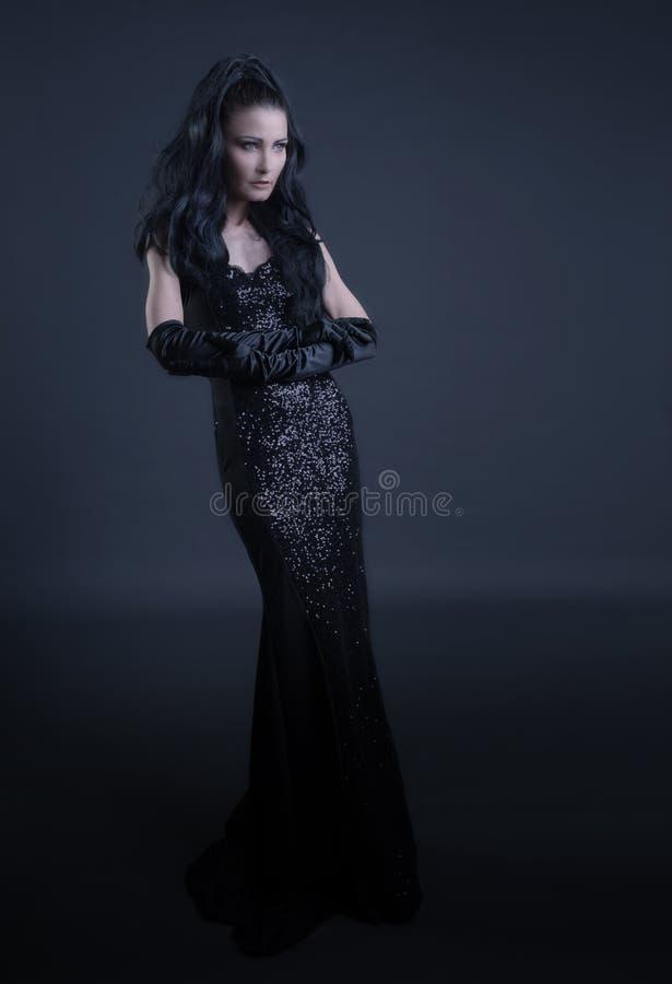 Mulher com roupa escura imagens de stock