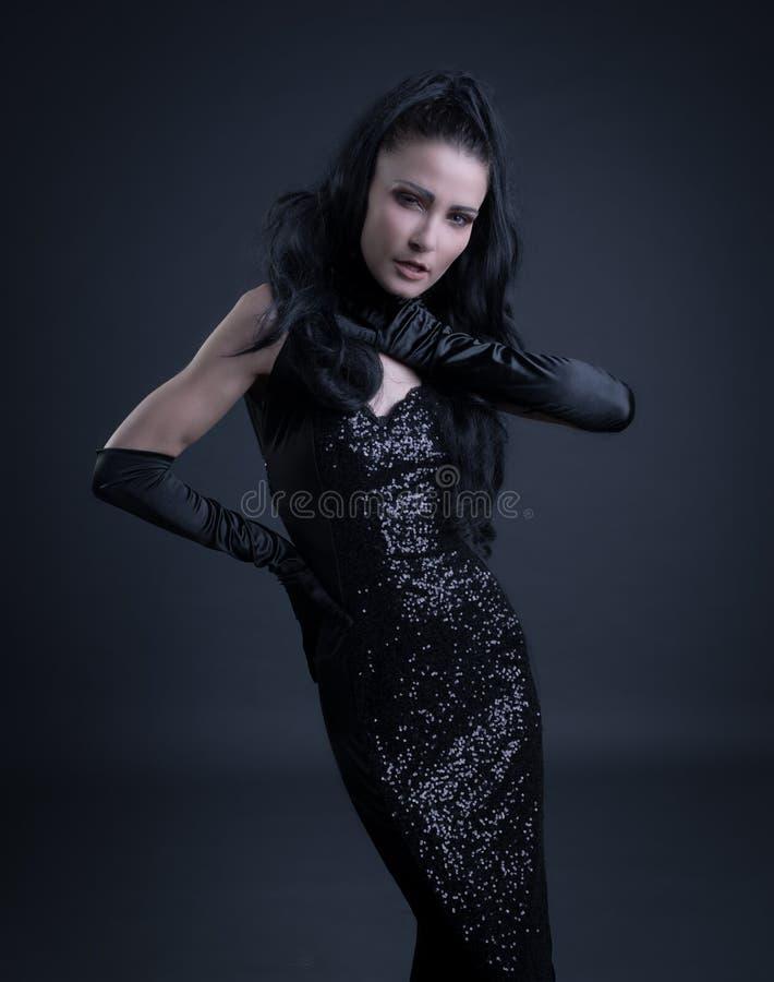 Mulher com roupa escura fotografia de stock royalty free