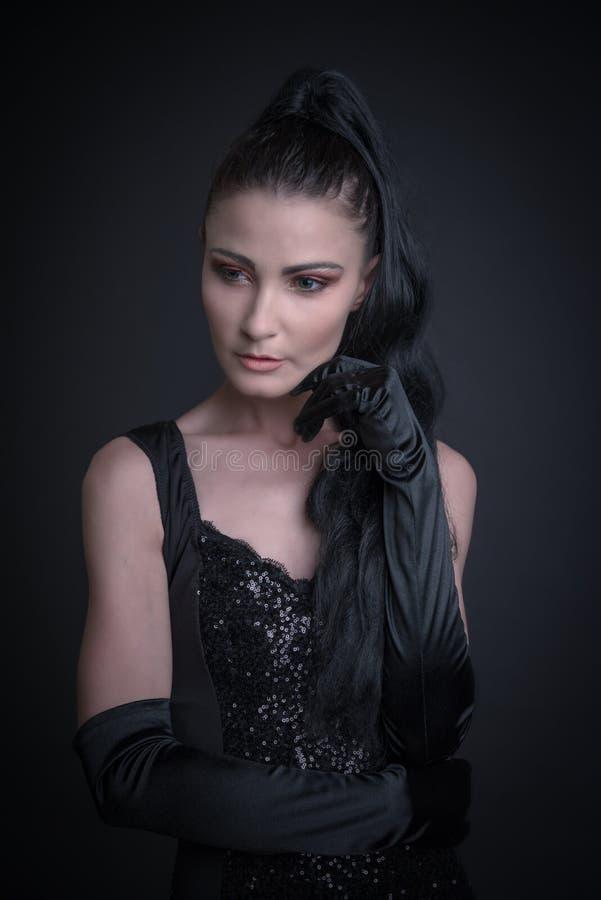 Mulher com roupa escura foto de stock royalty free