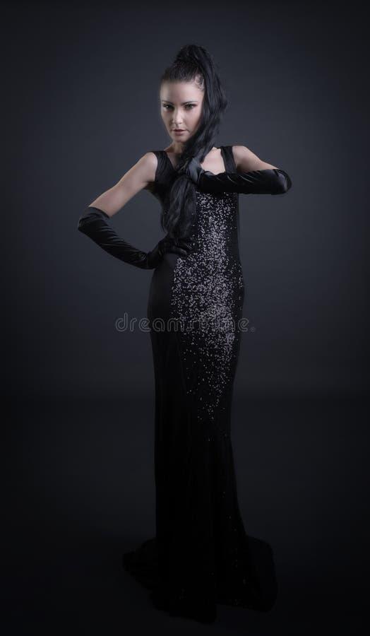 Mulher com roupa escura imagem de stock