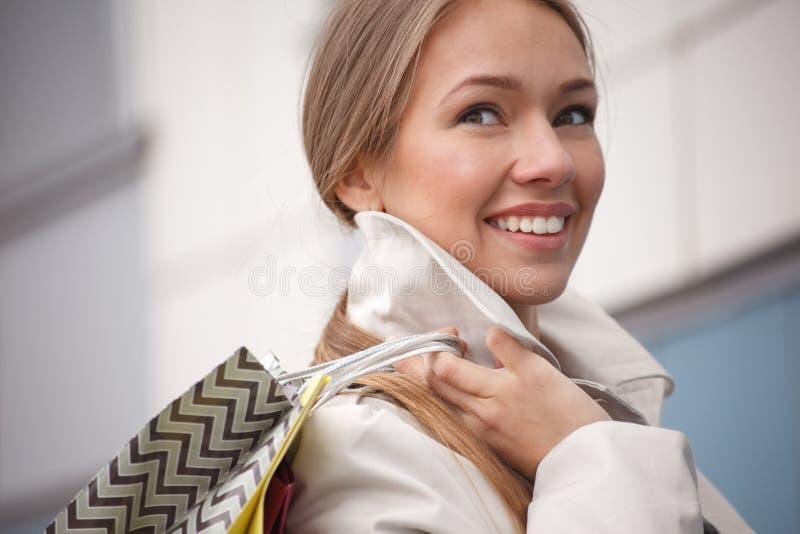 Mulher com sacos de compras fotografia de stock