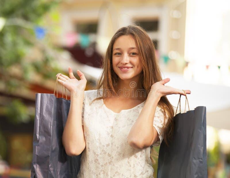 Mulher com sacos de compras imagens de stock
