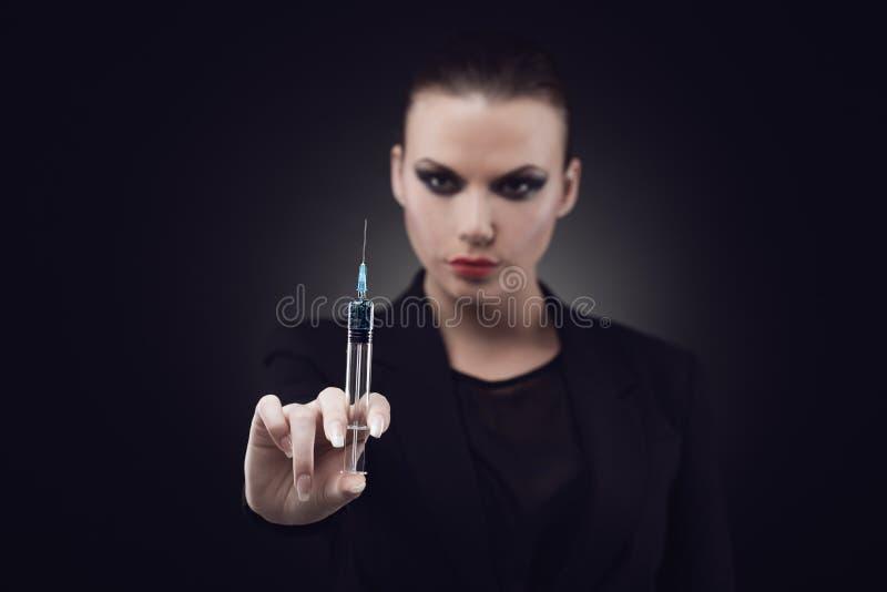 Mulher com seringa imagem de stock