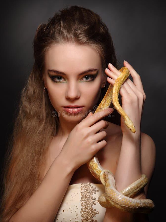 Mulher com serpente fotografia de stock