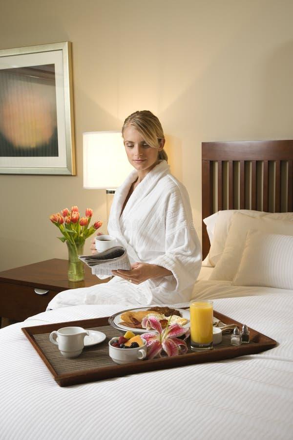 Mulher com serviço de quarto do hotel imagens de stock royalty free