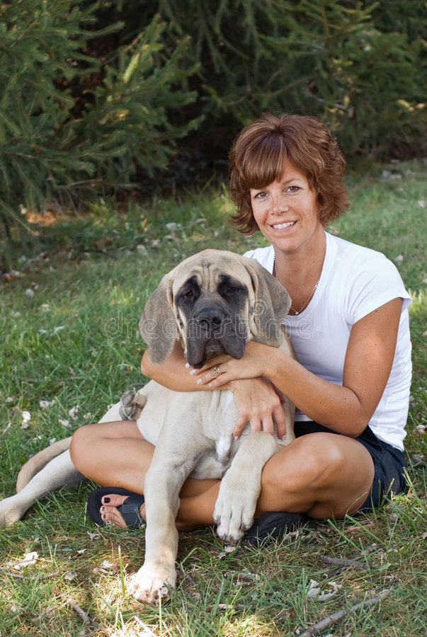 Mulher com seu cão fotos de stock royalty free