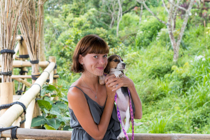 Mulher com seu cão bonito do lebreiro na natureza da ilha tropical de Bali, Indonésia Viagem com conceito do cão imagem de stock royalty free