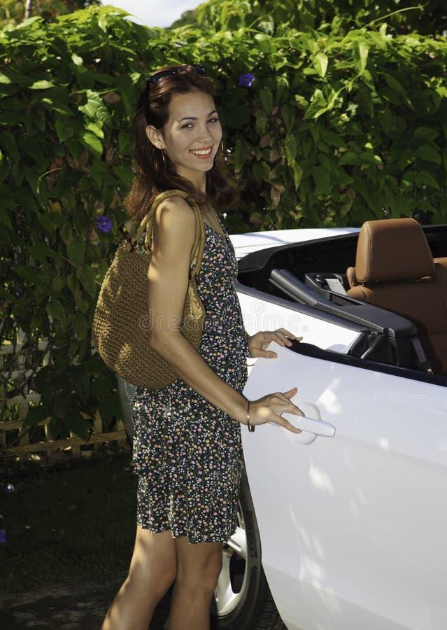 Mulher com seu convertible novo fotos de stock